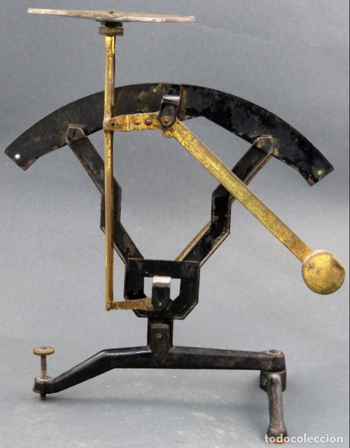 Antigüedades: Bascula balanza española postal pesar cartas correo en hierro Jmaz principios siglo XX - Foto 4 - 142681646