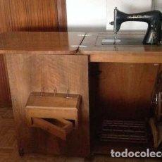 Antigüedades: MÁQUINA DE COSER ALFA, CON MUEBLE DE MADERA. Lote 142934158