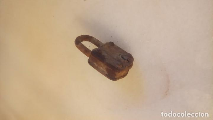 Antigüedades: Antiguo pequeño candado de hierro de los años 40-50 - Foto 2 - 142954934
