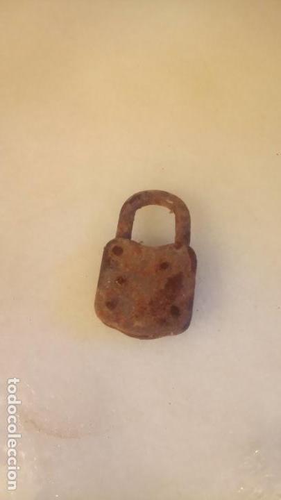 Antigüedades: Antiguo pequeño candado de hierro de los años 40-50 - Foto 4 - 142954934