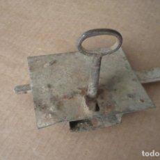 Antigüedades: CERRADURA CON LLAVE. Lote 142984438