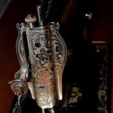 Antigüedades: MÁQUINA DE COSER SINGER CON MESA. Lote 143048174