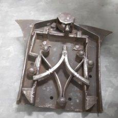 Antigüedades: CERRADURA DE SACRISTÍA ARCÓN ARCA FORJA CON LLAVE FUNCIONANDO. Lote 143155300