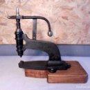Antigüedades: REMACHADORA DE HIERRO FUNDIDO MARCA JB. Lote 143261878