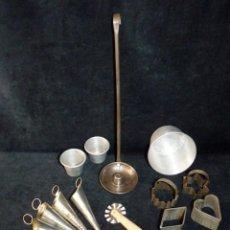 Antigüedades: LOTE REPOSTERÍA Y POSTRES - MOLDES, CORTADOR DE MASA, FLANERAS, BUÑOLERA, MEDIDAS. Lote 143282262