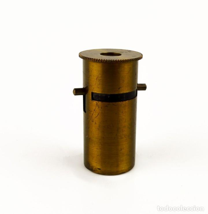 MICROSCOPIO DE CAMPO O BIOLOGÍA - LATÓN DORADO- CA.1900 (Antigüedades - Técnicas - Instrumentos Ópticos - Microscopios Antiguos)
