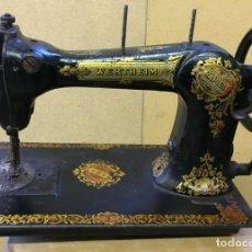 Antigüedades: ANTIGUA MAQUINA DE COSER WERTHEIM, PROFUSAMENTE DECORADA, ALREDEDOR DE 1900.. Lote 143403418