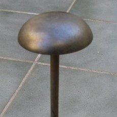 Antigüedades: INTERESANTE PLANCHA DE HIERRO PARA GORRAS (MANGO Y BASE DE MADERA, 36CM DE LARGO APROX). Lote 143537198