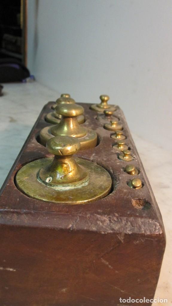 Antigüedades: TACO DE PESAS REALIZADO EN CAOBA Y LAS PESAS EN BRONCE DEL XIX - Foto 3 - 143720214