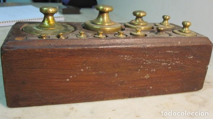 Antigüedades: TACO DE PESAS REALIZADO EN CAOBA Y LAS PESAS EN BRONCE DEL XIX - Foto 4 - 143720214