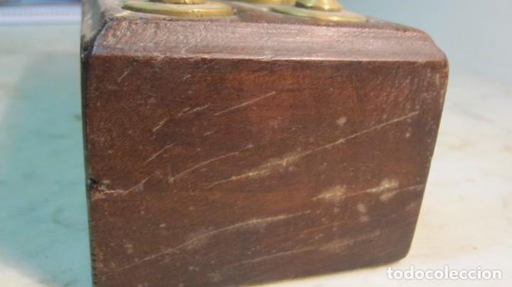 Antigüedades: TACO DE PESAS REALIZADO EN CAOBA Y LAS PESAS EN BRONCE DEL XIX - Foto 5 - 143720214