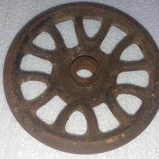 Antigüedades: RUEDA DE HIERRO MÁQUINA DE COSER SINGER. Lote 143748990