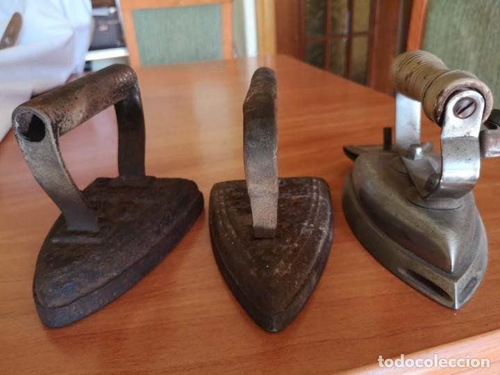 Antigüedades: 3 planchas 2 de hierro fundido muy antigua - Foto 2 - 143835022