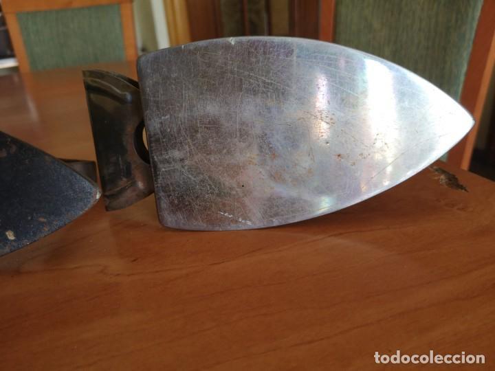 Antigüedades: 3 planchas 2 de hierro fundido muy antigua - Foto 9 - 143835022