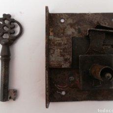 Antigüedades: ANTIGUA CERRADURA DE FORJA CON LLAVE. FUNCIONA.. Lote 144070577