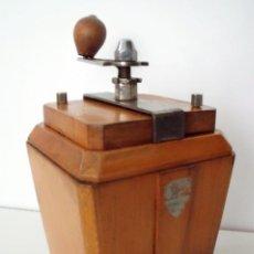 Antigüedades: MOLINILLO DE CAFÉ DE ESTILO ART-DECÓ, MARCA PEUGEOT FRÈRES. MODELO LE RIC. CA. 1950/1951.. Lote 144131994