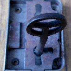 Antigüedades: CERRADURA ANTIGUA CON LLAVE -- FUNCIONA. Lote 144153786