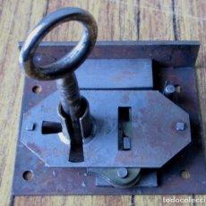 Antigüedades: CERRADURA ANTIGUA CON LLAVE -- FUNCIONA. Lote 144273246