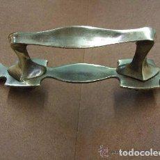Antigüedades: TIRADOR MODERNISTA EN BRONCE C.1900. Lote 144471358