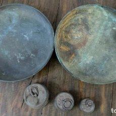 Antigüedades: DOS PLATOS Y TRES PESAS ANTIGUAS PARA BALANZA. Lote 144535542