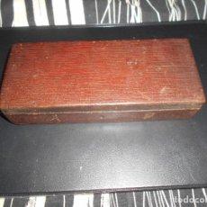 Antigüedades: ANTIGUA CAJA DE MADERA PARA GUARDAR CUATRO NAVAJAS DE AFEITAR CON CERRADURA. Lote 144544894
