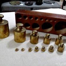 Antigüedades: ANTIGUO TACO DE PESAS EN MADERA INCLUYE 12 PESAS. Lote 144635086