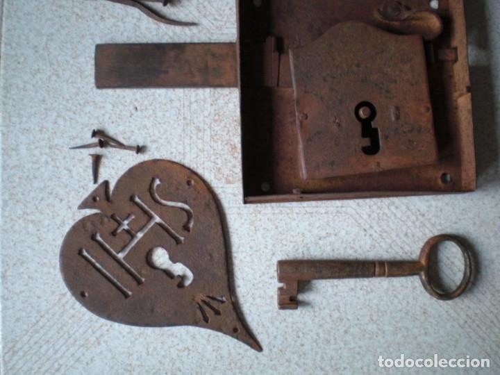 Antigüedades: ANTIGUA CERRADURA LLAVE Y BOCALLAVE DE FORJA SIGLO XIX ORIGINAL FUNCIONA PERFECTAMENTE - Foto 8 - 144398921