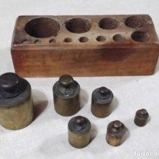 Antigüedades: ANTIGUO TACO DE PESAS EN MADERA INCLUYE 6 PESAS. Lote 144687770