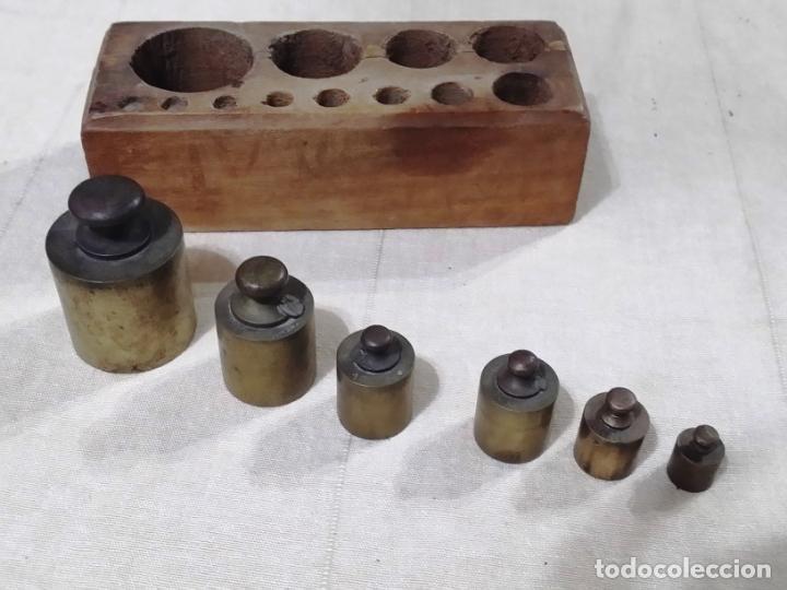 Antigüedades: ANTIGUO TACO DE PESAS EN MADERA INCLUYE 6 PESAS - Foto 3 - 144687770