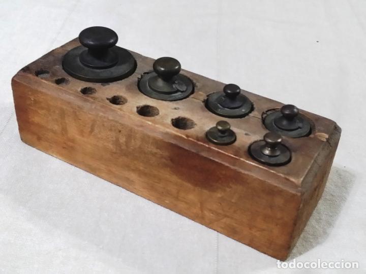Antigüedades: ANTIGUO TACO DE PESAS EN MADERA INCLUYE 6 PESAS - Foto 10 - 144687770