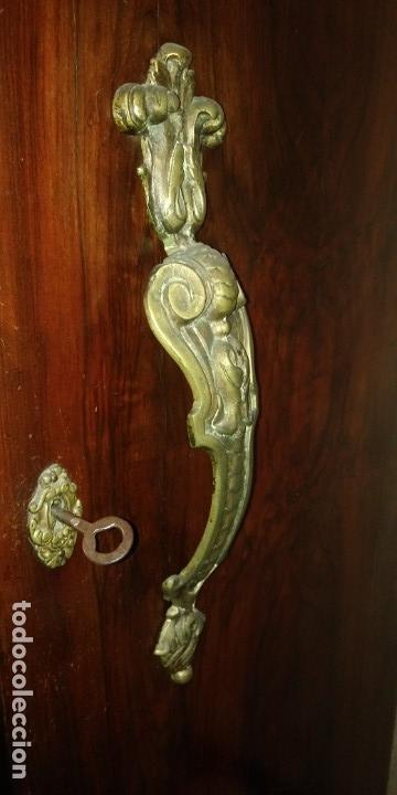 Antigüedades: Dos tiradores asas y un pomo. Incluye dos cerraduras, dos bocallaves y dos llaves. De un armario - Foto 6 - 144466134