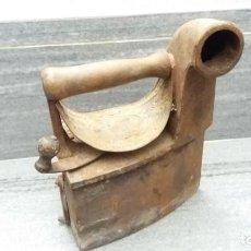 Antigüedades: PLANCHA ANTIGUA DE CARBÓN MONDRAGÓN CHIMENEA. Lote 144803586