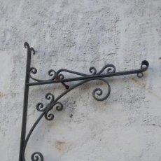 Antigüedades: SOPORTE DE FORJA PARA FAROL LÁMPARA O CARTEL. DE BUENA FACTURA. Lote 144834934