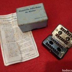 Antigüedades: MAQUINA AFILA HOJAS DE AFEITAR, CON CAJA ORIGINAL Y INSTRUCCIONES. Lote 144928936