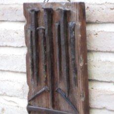 Antigüedades: TABLA CON CLAVOS ANTIGUOS DE HIERRO FORJADOS A MANO. SIGLO XVII -XVIII.. Lote 144996174