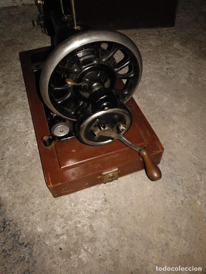 Antigüedades: Maquina de coser empresa Jones guide bridge Manchester inglesa con canilla - Foto 3 - 145096442