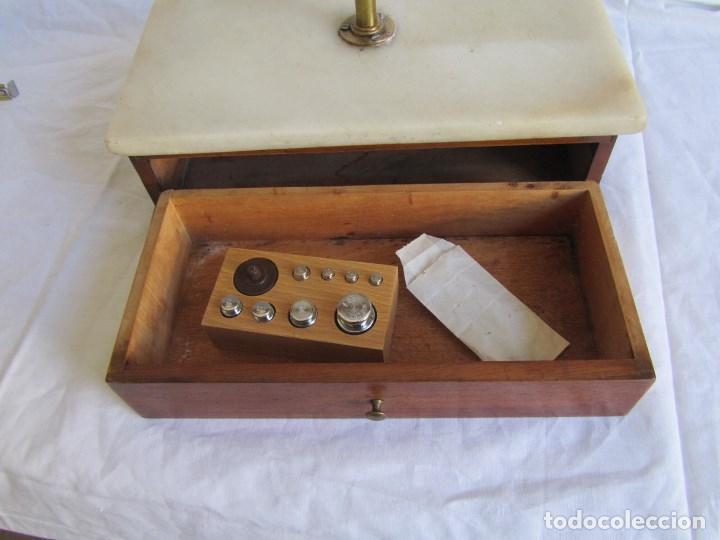 Antigüedades: Base para balanza Giralt Laporta Mármol sobre madera, cajón con pesas - Foto 18 - 145164242