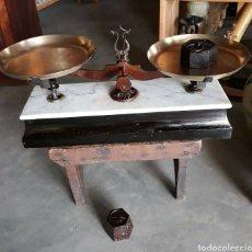 Antigüedades: ANTIGUA BASCULA O BALANZA DE MADERA Y MARMOL PLATOS EN LATON. Lote 145213901