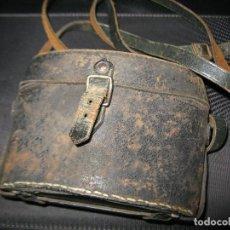 Antigüedades: FUNDA CUERO ATRAS TIENE GRABADO CORUÑA -IMPERTINENTES OPERA PRISMATICOS ANTEOJOS BINOCULARES. Lote 145324630