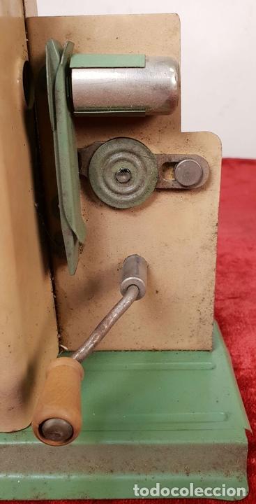 Antigüedades: PROYECTOR DE CINE. MARCA MICRO. HOJALATA. SALVADOR MESTRES. 1950. - Foto 9 - 145728290