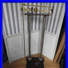 Antigüedades: PRECIOSA BASCULA DE FARMACIA ANTIGUA DE MADERA. Lote 145742814