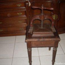 Antigüedades: ANTIGUA PRENSA CON MESA ,VER FOTOS. Lote 145906540