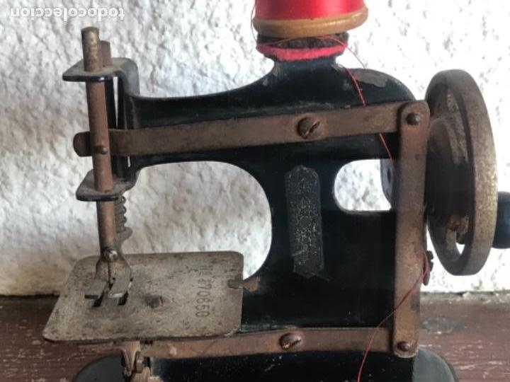 Antigüedades: ANTIGUA MINI MÁQUINA DE COSER. SINGER? VER FOTOS ANEXAS. - Foto 2 - 146255394