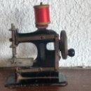 Antigüedades: ANTIGUA MINI MÁQUINA DE COSER. SINGER? VER FOTOS ANEXAS. . Lote 146255394