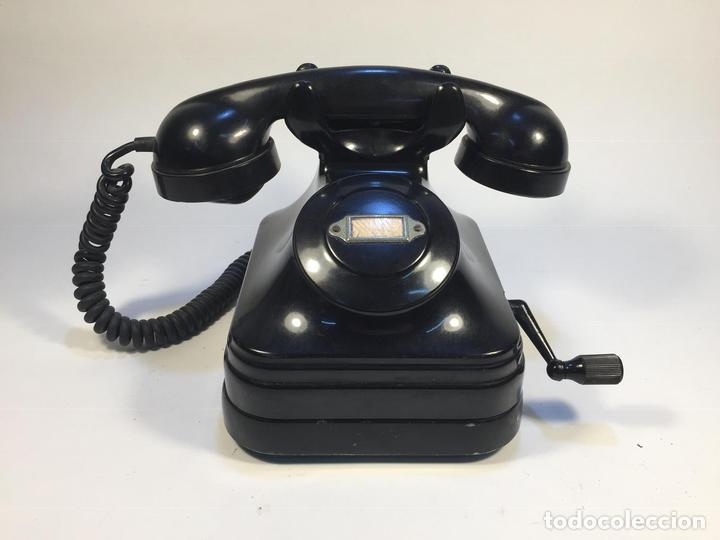 ANTIGUO TELÉFONO DE BAQUELITA A MAGNETO ESPAÑA CIRCA 1940 (Antigüedades - Técnicas - Teléfonos Antiguos)