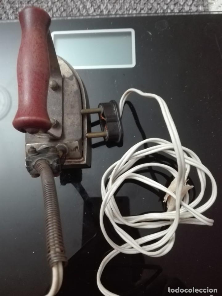 Antigüedades: Plancha antigua eléctrica con mango de madera - Foto 2 - 146414530