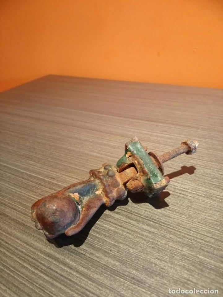 Antigüedades: Antiguo picaporte o llamador de puerta en forma de mano (Salida 1€) - Foto 3 - 146454070