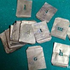 Antigüedades: PLANTILLA METÁLICA DE ALFABETO PARA ROTULAR 18 LETRAS DE 0,5 X 1,5 CM VER FOTOS. Lote 146460478