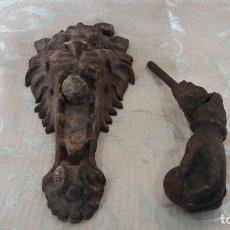Antigüedades: LOTE DE 2 ANTIGUAS PIEZAS DE HIERRO FUNDIDO DE PUERTAS, ALDABA Y EMBELLECEDOR O TIRADOR. Lote 146535698