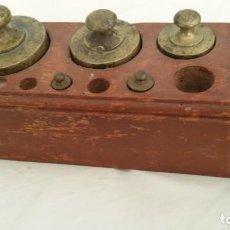 Antigüedades: JUEGO DE PESAS INCOMPLETO, CON SOPORTE ORIGINAL. Lote 146541154